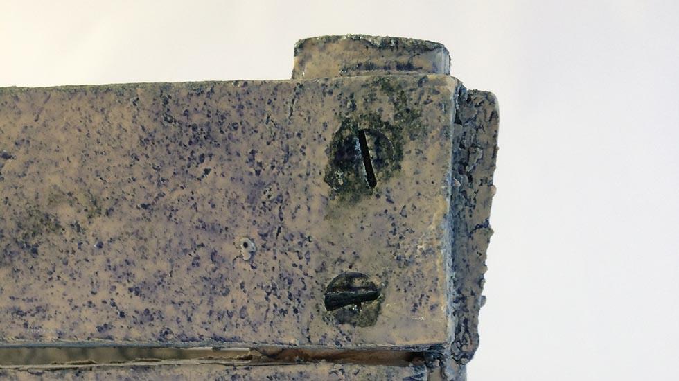 Detail keramiek kistje van klei, gebakken en gedecoreerd