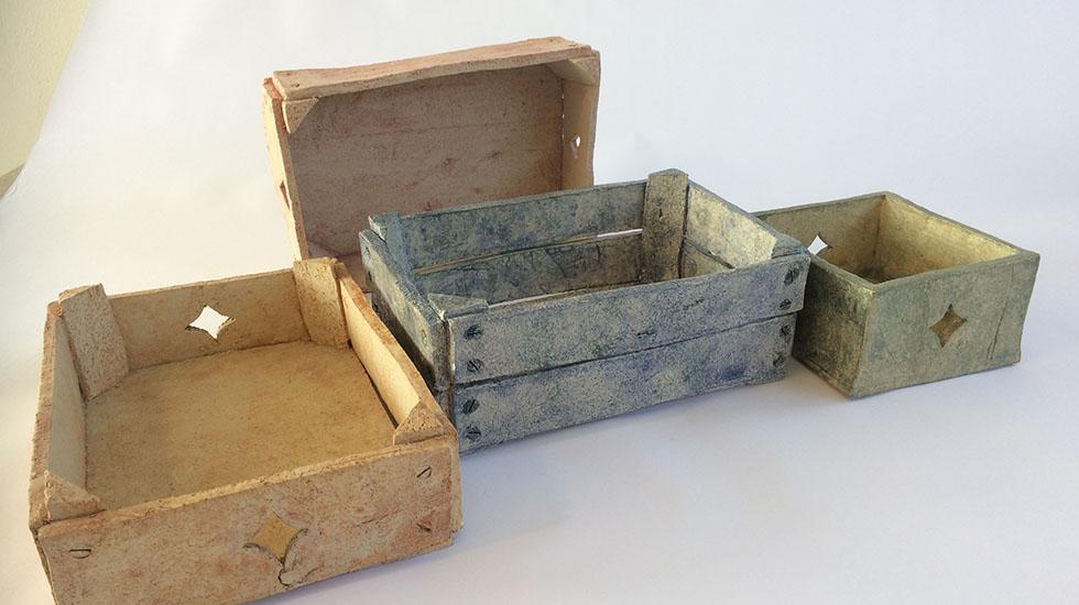 Keramiek kistje, gemaakt van klei, gedecoreerd en gebakken. Deze kunt u ook in de workshop maken